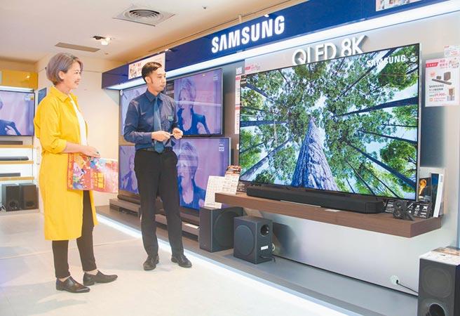 比漾廣場5F BeyondHome集雅社大電視詢問度高,SAMSUNG 75吋8K QLED電視,原價21萬9900元、特價20萬9000元。(吳松翰攝)