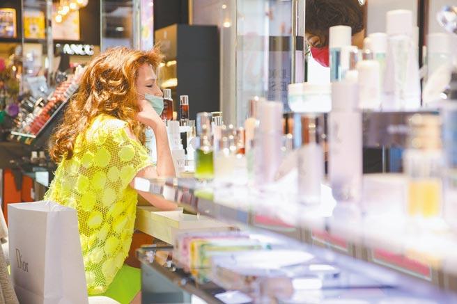 比漾廣場周慶昨(15日)開打,1F化妝品區人氣旺,不少主顧靠櫃選購。(比漾廣場提供、吳松翰攝)