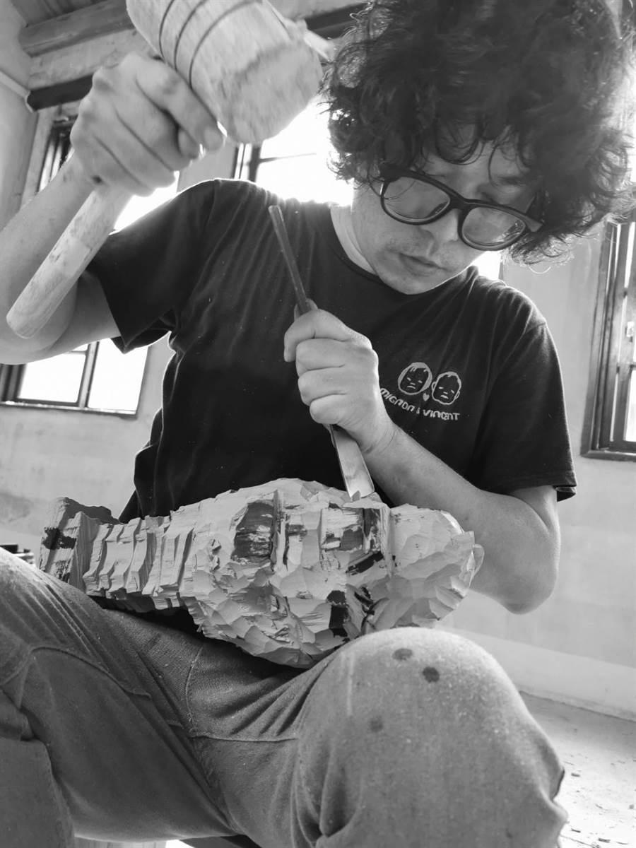 木雕藝術家陳廷晉挑戰48小時雕刻虎爺。(主辦單位提供)