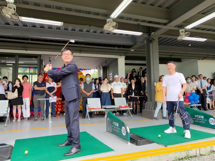 「聯上高爾夫球練習場」16日開幕,高雄市長陳其邁(左)小試身手揮桿。(柯宗緯攝)