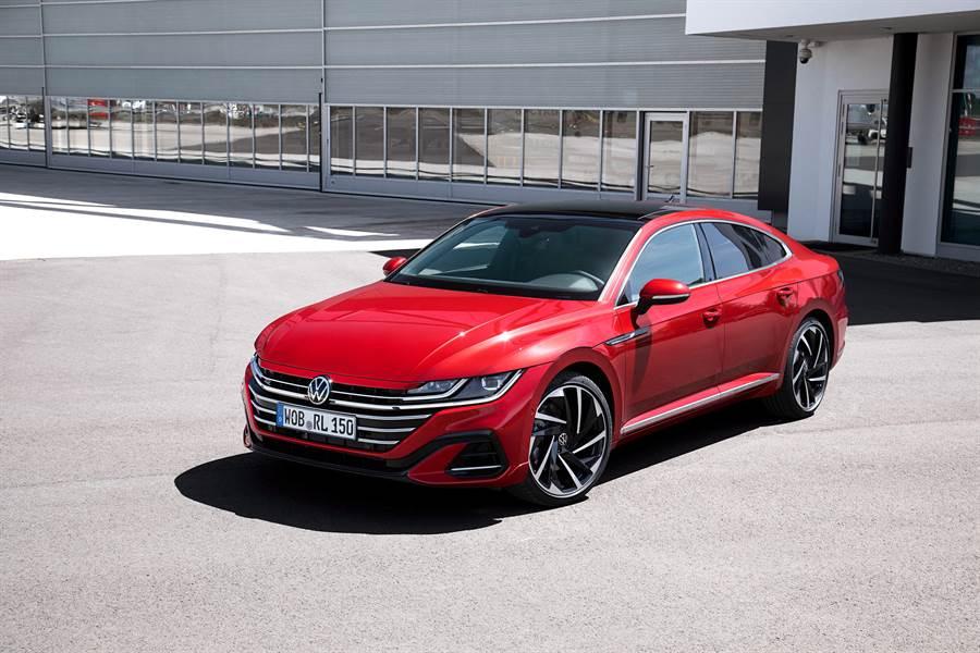 The Arteon擁有全新品牌識別和獨特的IQ.LIGHT 智慧燈組,完整呈現質感出色的車頭視覺。