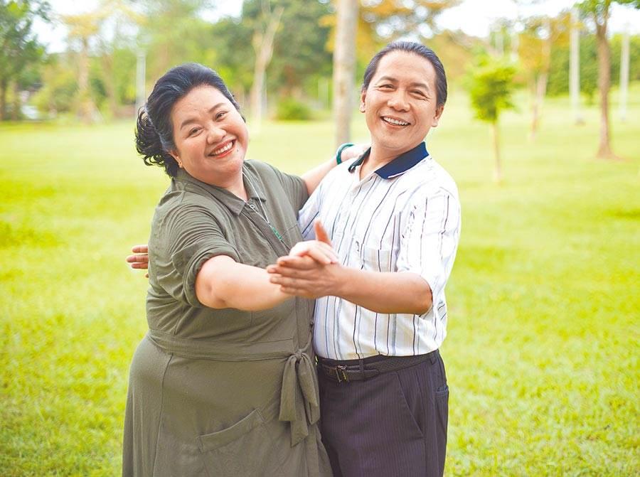 许杰辉(右)在《我的婆婆》中守护锺欣凌。(公视提供)