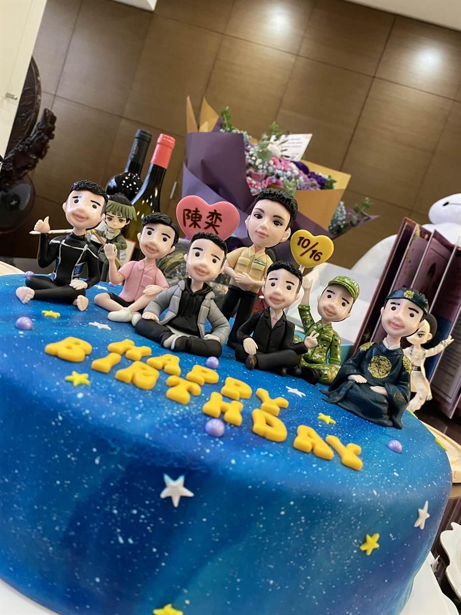 其中1个礼物是粉丝做的陈奕角色造型翻糖蛋糕。(大玺影艺提供)