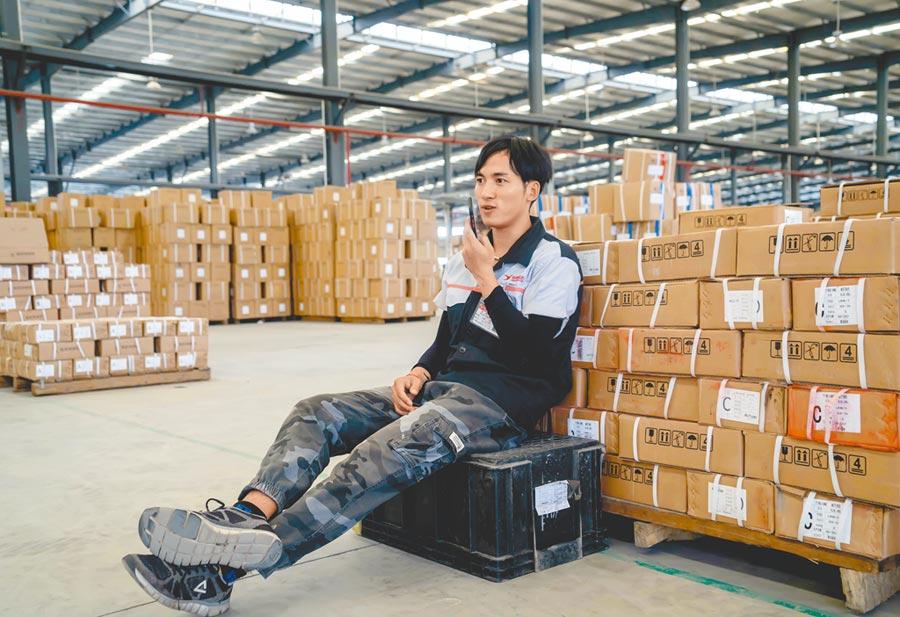 一名男子在工廠一處角落使用語音聊天。(新華社資料照片)
