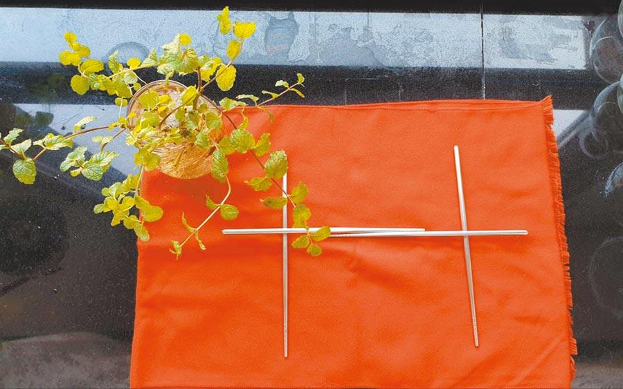 今年兩岸關係緊張,有台商在微信朋友圈貼出紅色桌布為底、筷子拼成雙十字樣,左上角放上薄荷盆栽象徵青天白日的國徽的照片,以暗喻方式祝福雙十國慶。(微信截圖)