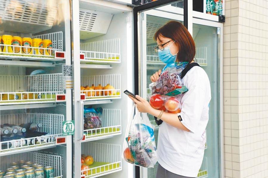 民眾正在生鮮櫃前選購商品。(付陳陳攝)