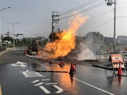 新市挖斷瓦斯管線爆炸冒大火 2人受傷