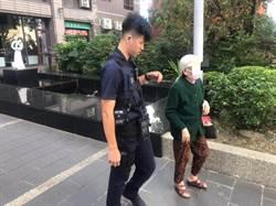 老婦身體不適蹲坐路旁 楊梅暖警伸手助脫險