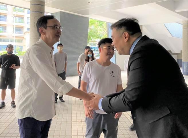 朱立倫(左)17日前往新竹縣體育館,參加P聯盟新竹攻城獅熱身賽。(莊旻靜攝)