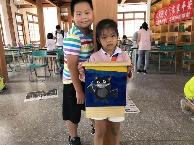 雲林縣土庫鎮公所教作蝙蝠屋,推廣友善農業村落。(張朝欣攝)