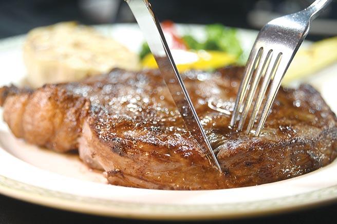 〈肋眼牛排〉所用牛肉,是美國AURORA極光牧場飼育的純正安格斯牛,肉質非常柔嫩且多汁。圖/姚舜