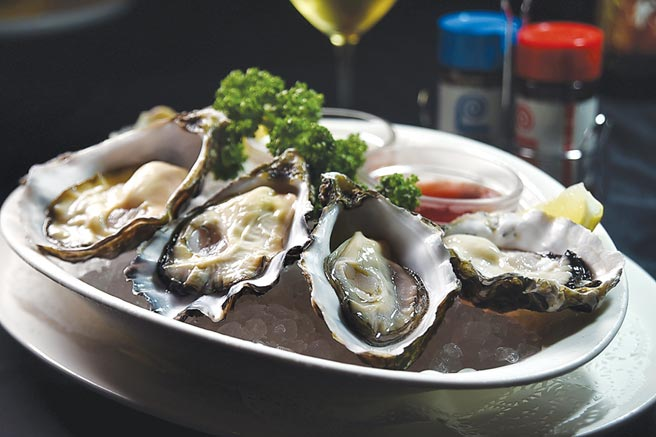 在〈Lawry's勞瑞斯〉餐廳可以點食〈南非鑽石生蠔〉。圖/姚舜
