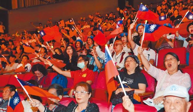 「中華民國」從被紅綠夾殺的燙手山芋,一時之間,成為各方珍視的資產。圖為2018年新黨舉辦慶祝台灣光復節活動。(本報資料照片)