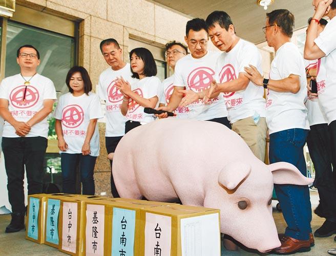 中選會決議,反萊豬公投提案須先辦聽證會。圖為9月23日國民黨發動「公投綁大選」和「反萊豬顧食安公投」兩項公投連署。(本報資料照片)