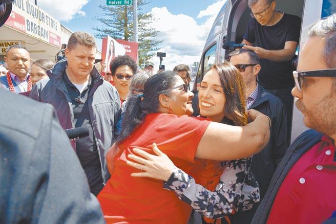 紐西蘭國會大選17日登場,總理阿爾登(中右)因抗疫有成,可望贏得大勝。圖為阿爾登16日在奧克蘭拜票時,與熱情的民眾互相擁抱。(路透)