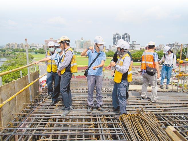 台北市勞動檢查員不僅工時長甚至過勞,有人單月加班時數超過50小時。圖為北市勞檢處在工地稽查情形。(台北市勞動局提供/張立勳台北傳真)