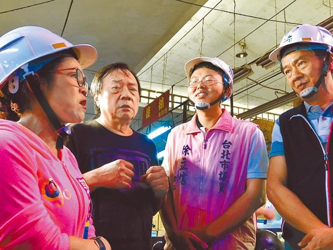 青果公會理事李慶輝(左二)向市議員楊靜宇(右一)及市場處長陳庭輝提出攤位變得很小、動線不佳,民眾根本不願意走進中繼市場。(吳康瑋攝)