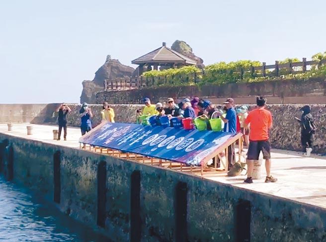 綠島鄉公所讓魚苗溜滑梯放流,但專家建議,應提前到現場設置小型箱網,讓魚苗適應水質後,再到岸邊放流。(綠島鄉公所提供/蔡旻妤台東傳真)