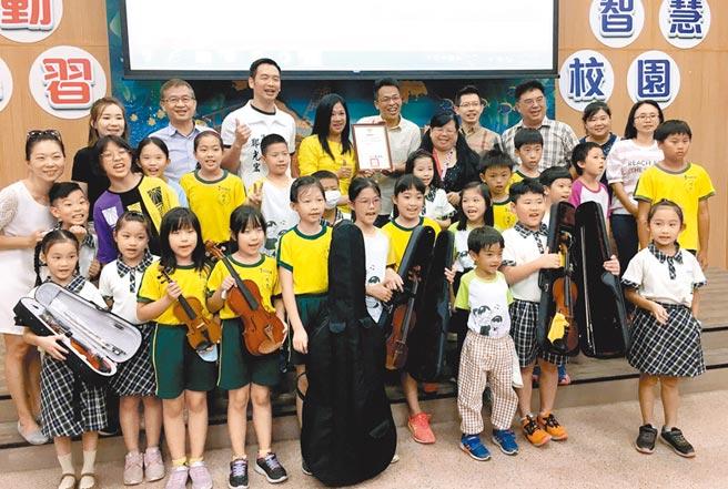 罹癌的音樂老師石玉美委託友人代為捐贈4支小提琴及1支大提琴,精忠國小師生集氣為她祈福。(廖素慧攝)