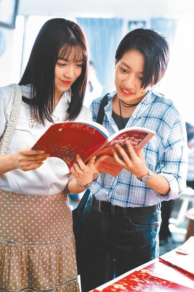 陳妤(右)首次挑戰同志角色,與劉倩妏有一段曖昧的情感。(公視台語台提供)