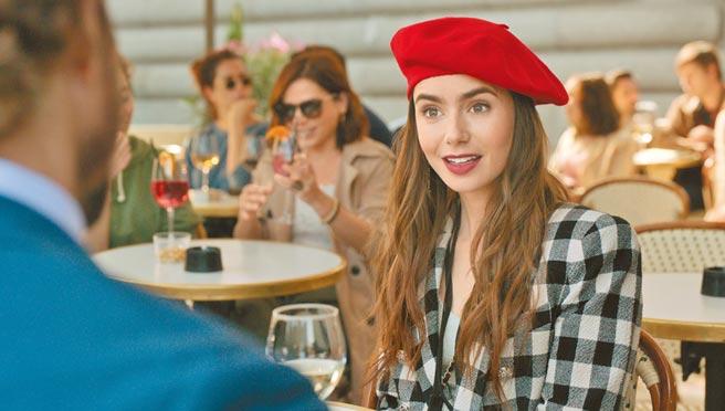 莉莉柯林斯身穿Veronica Beard黑白野餐格紋外套,搭配紅色貝雷帽 。(Netflix提供)