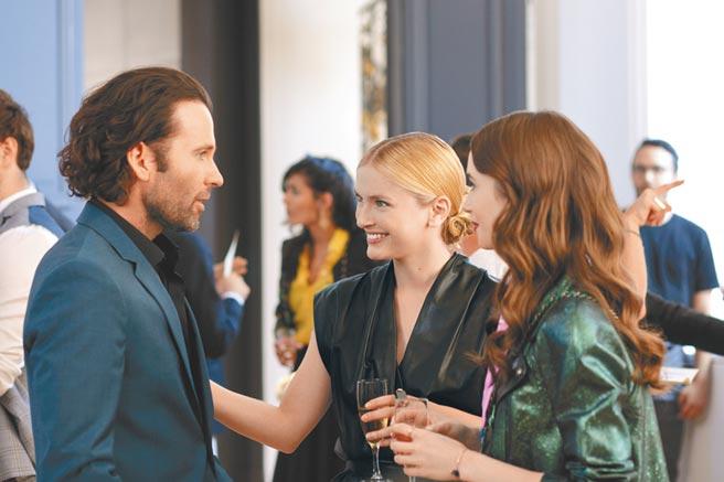 女主角莉莉柯林斯(右)參加姊妹淘卡蜜兒(左)舉辦的派對。(Netflix提供)