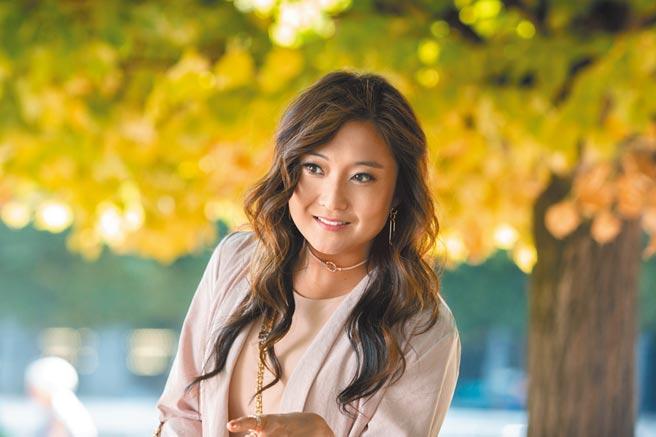 在劇中飾演保姆的陳敏迪是韓裔美籍女演員Ashley Park。(Netflix提供)