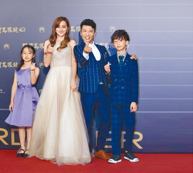 方順吉(右二)日前帶著老婆、小孩開心走金曲紅毯。(資料照片)