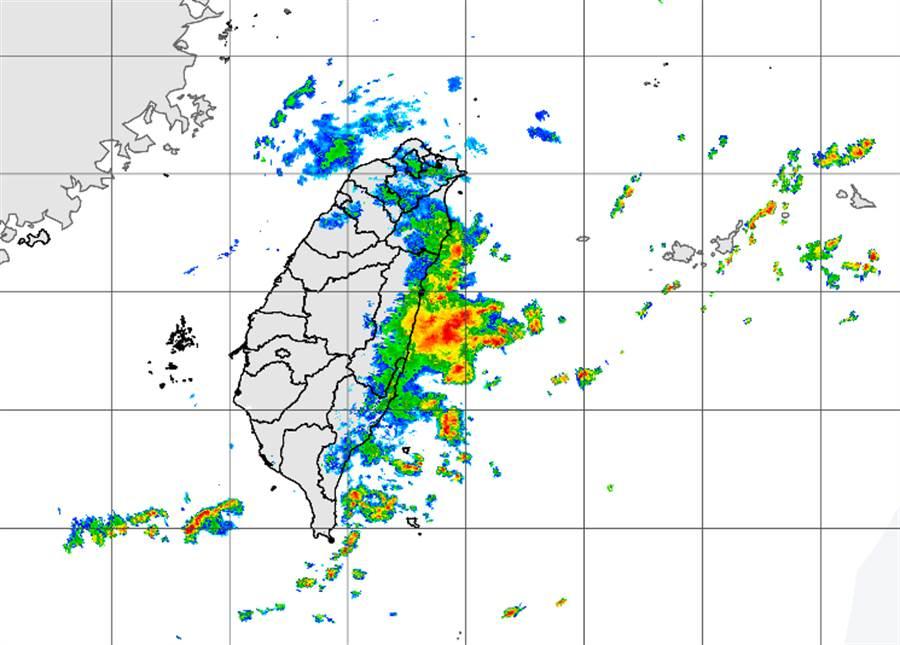東部回波旺盛,宜蘭地區下雨「跟颱風一樣」,容易致災。(中央氣象局提供)