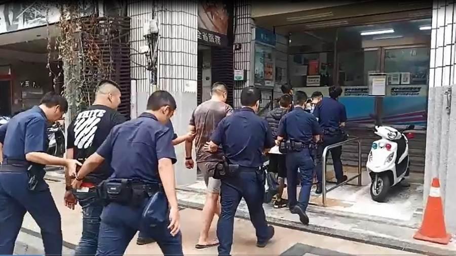 台中市1家酒吧今天凌晨發生酒客糾紛,警方帶回多人調查,依《社會秩序維護法依法》送辦。(翻攝/陳淑芬台中傳真)