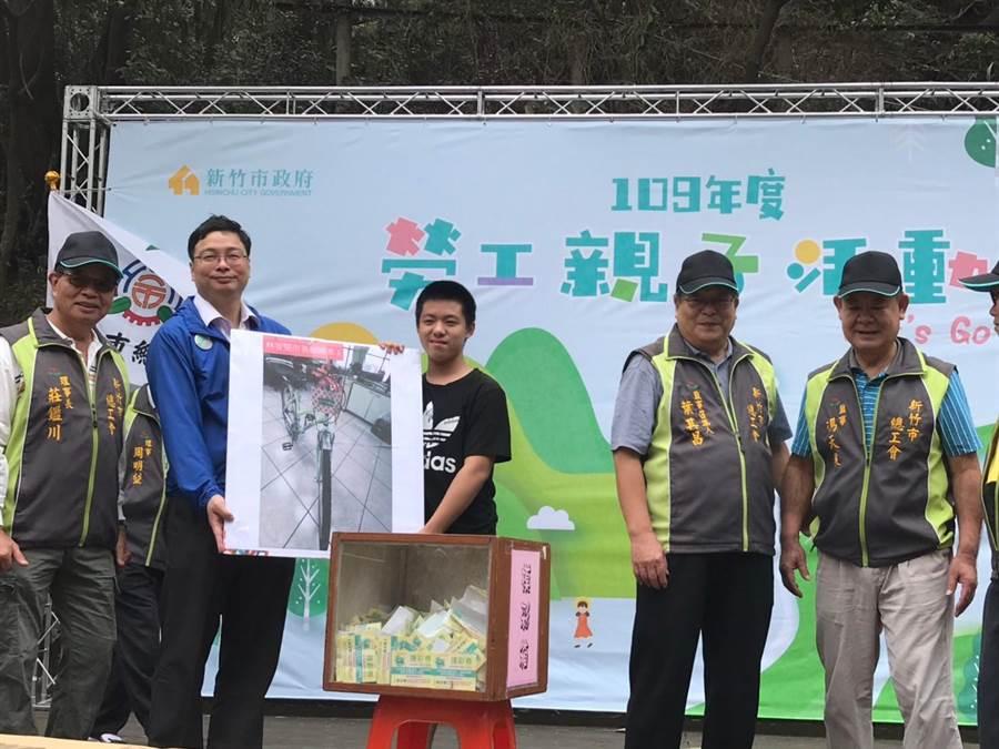 新竹市「2020年勞工親子活動」17日於十八尖山登場,活動同時安排有「堅持愛地球、低碳運動、節約用電」宣導及摸彩活動,場面相當熱鬧。(市府提供/陳育賢新竹傳真)