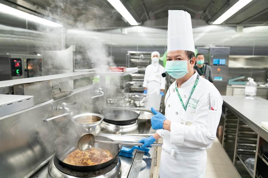 擁有22年經驗的主廚劉佳振親自傳授長榮空廚牛肉麵的美味秘方。(長榮提供)
