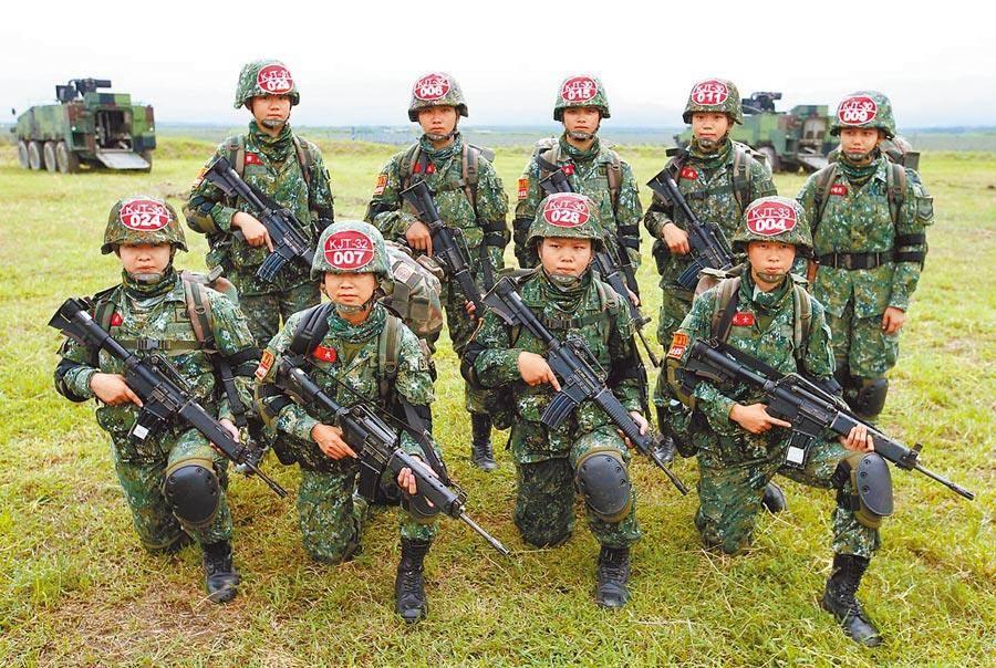 民進黨智庫副執行長吳怡農提議「全民皆兵」。圖為陸軍特指部9名女兵穿著「鐵漢裝」跳傘著陸。(本報資料照片)