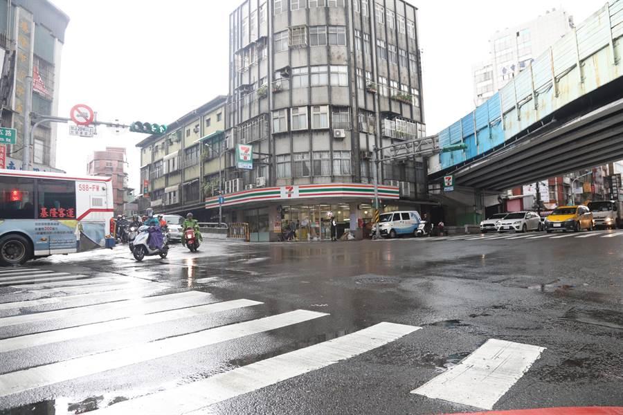 基隆愛一路及仁五路口已調整為全線綠燈,民眾仍需兩段式過馬路相當不便,基隆市議員童子瑋辦理會勘,爭取畫設對角穿越線。(基隆市議員童子瑋提供/陳彩玲基隆傳真)
