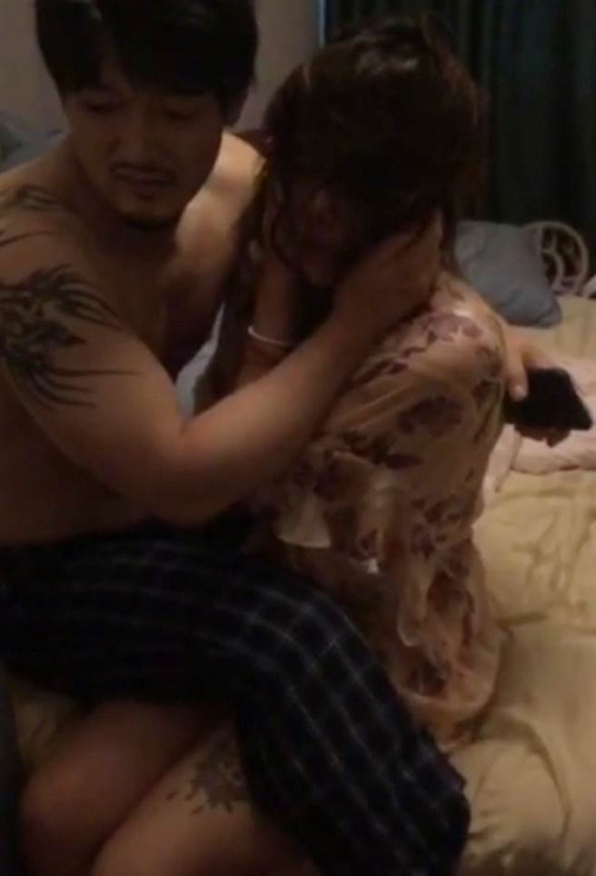 王梓芠偷情人夫,慘被正宮抓姦在床。(取自微博)