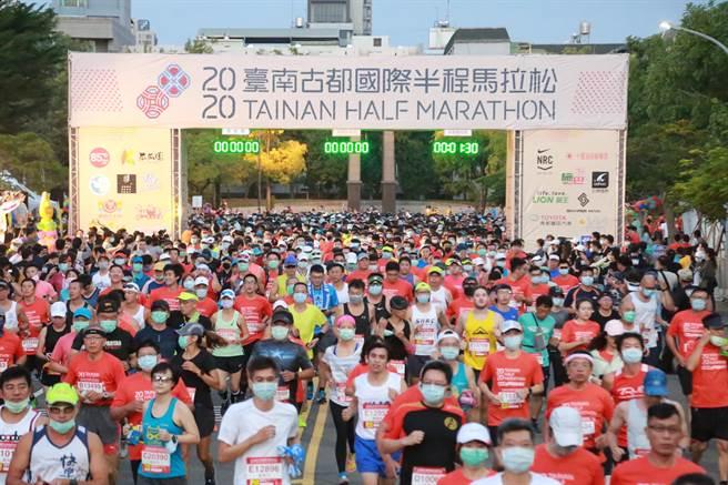 台南古都國際半程馬拉松,今日清晨5時45分鳴槍起跑,現場約1萬5000名跑者熱情響應。(台南市政府提供/曹婷婷台南傳真)