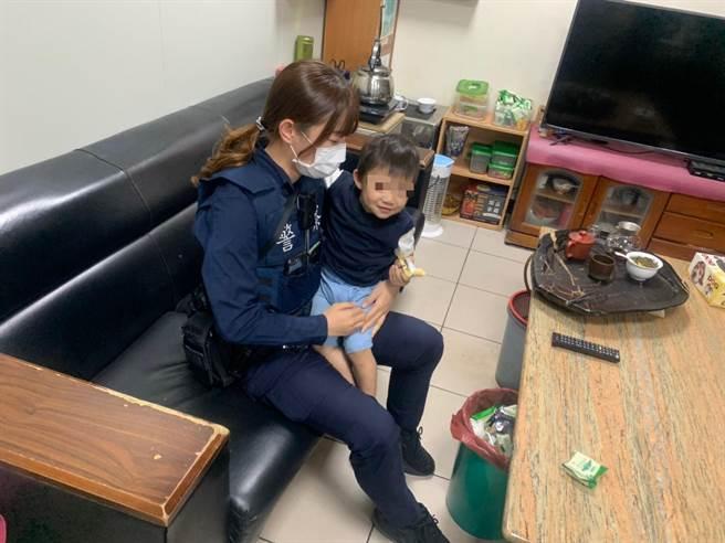 1岁男童逛公园迷途警协助返家。(平镇警分局提供/吕筱蝉桃园传真)