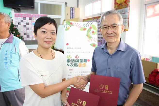 中山管院院長黃三益(右)與聚和國際執行長郭美璘(左)簽署合作備忘錄。(主辦單位提供/袁庭堯高雄傳真)