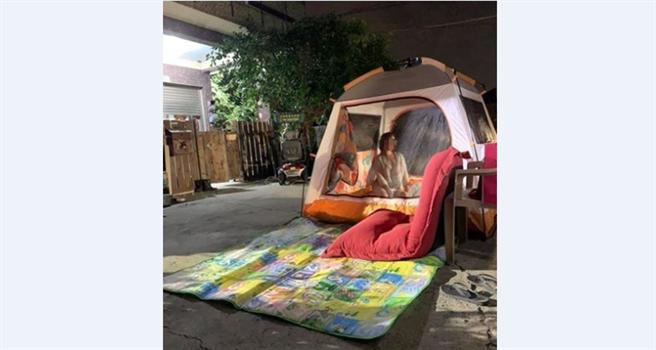 台南17日晚上連三震,引起當地人恐慌,有網友PO出一張在自家前搭帳篷的照片。(圖/截自臉書《我是新營人》)