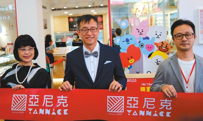喜思媒體整合行銷董事長黃子容(左起)、亞尼克董事長吳宗恩與設計師黃俊勳共同揭開北投石牌店開幕儀式。圖/亞尼克提供