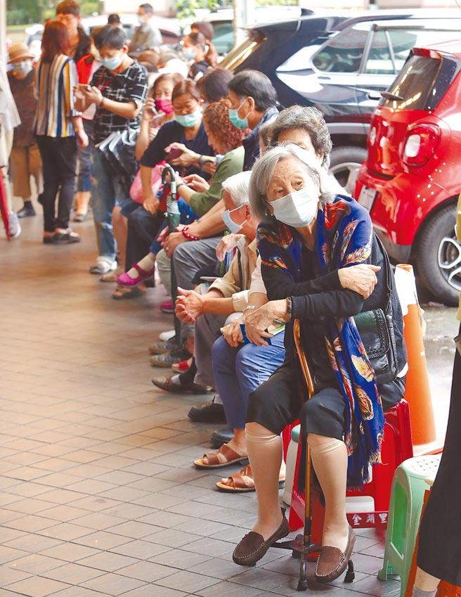 台北市內湖區金湖里17日為里民施打流感疫苗,中午過後里辦公室外的走廊就排滿了老人等候打針。(季志翔攝)