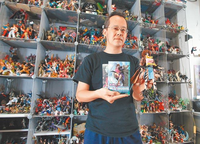 曾獲金漫獎年度大獎的漫畫家李隆杰,除了喜愛畫畫外,也熱愛收藏模型公仔,特別向本報讀者分享收藏模型對他畫家之路的影響和如何藉由它們宣洩工作以外的壓力。(趙雙傑攝)