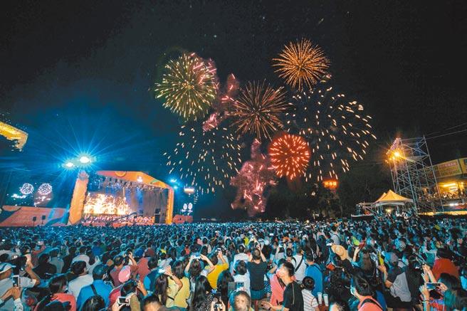 2020台灣大日月潭花火音樂會匯聚3萬人齊喊「Open Possible能所不能」,以音樂、歌曲致敬防疫英雄、為奧運選手加油,煙火秀更照亮日月潭水社的天空。(台灣大提供)