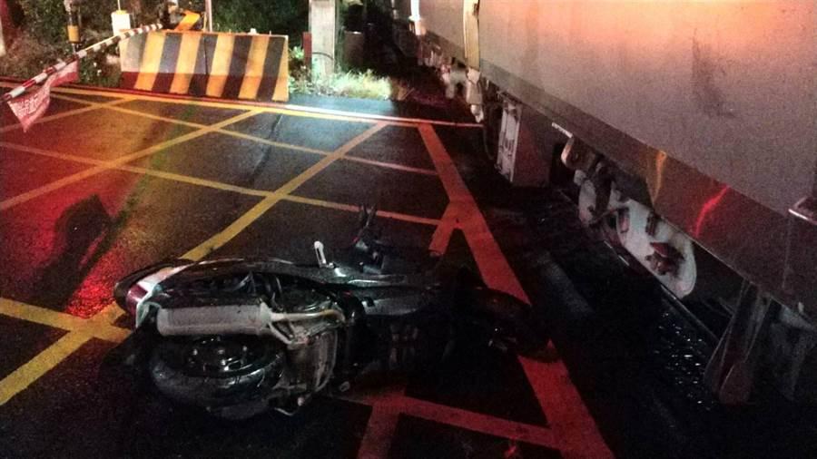 桃園市發生一起機車誤闖平交道的交通事故,幸虧受傷騎士僅有手部擦傷。(翻攝照片/黃婉婷桃園傳真)