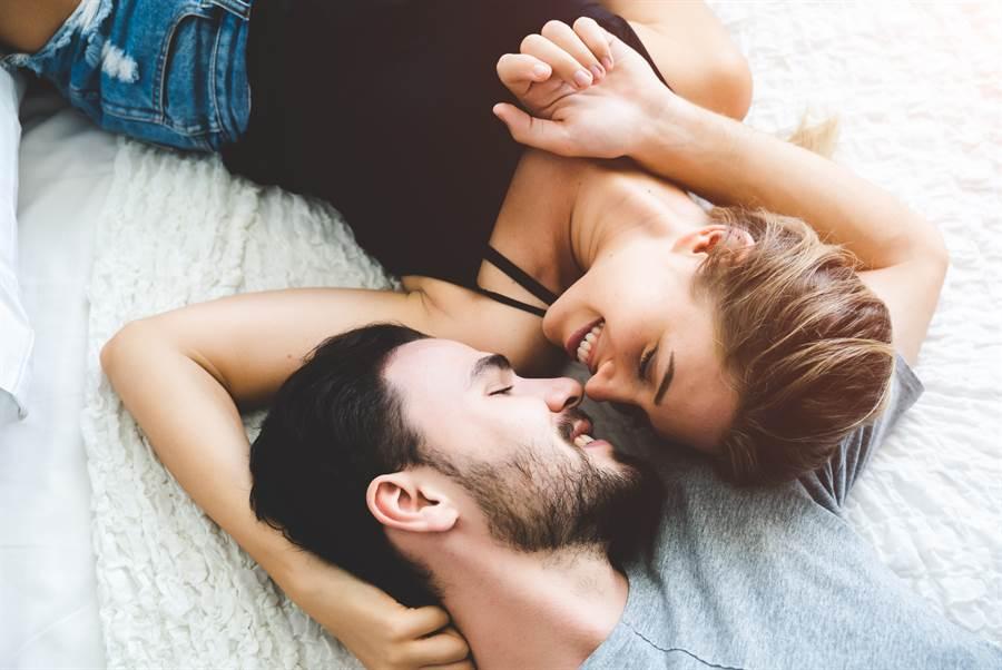 為防止疫情擴散,英國禁止分隔在高危險或最高危險地區的夫妻一同過夜。(圖/Shutterstock)