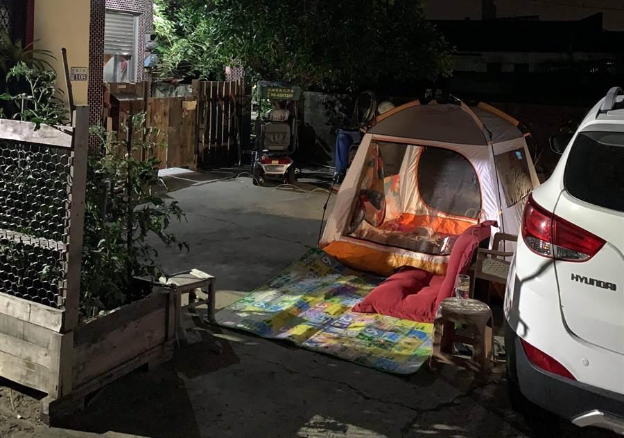 台南17日一連發生4起4級地震,一名住新營的花姓民眾決定在院子裡搭帳篷過夜。(讀者提供/劉秀芬台南傳真)