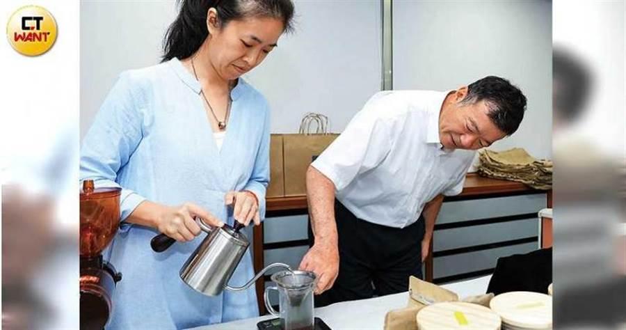 蔡家煌天天與員工泡咖啡研究,以深入了解咖啡知識。(圖/王永泰攝)