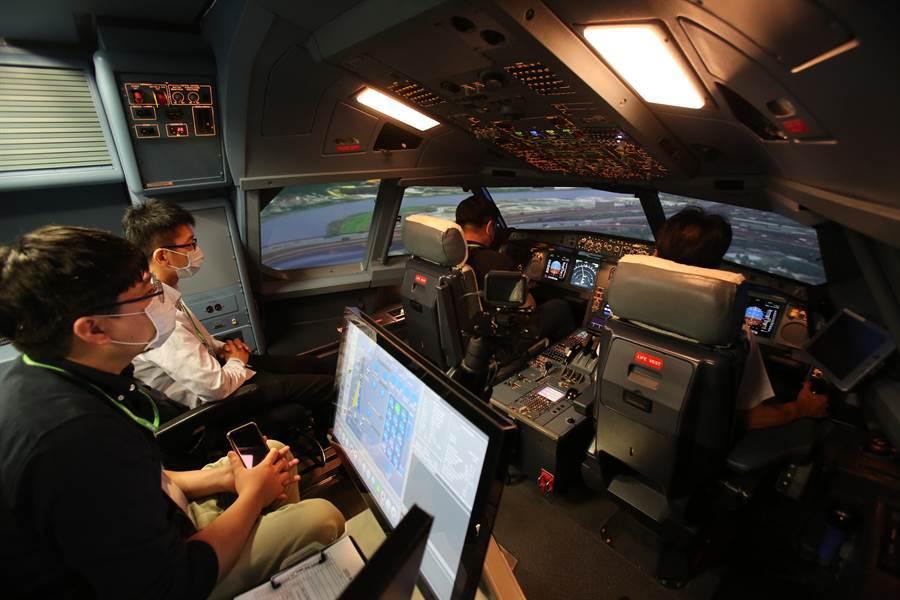 學員在機長指導下,航機順利起降。(長榮提供)