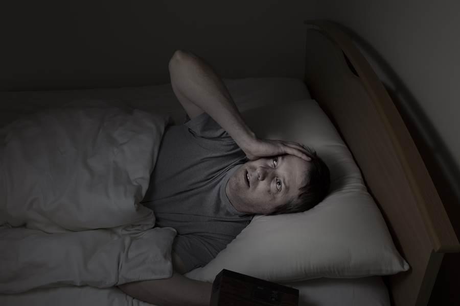 一名35歲男子搬進新屋一年後,身體就一直出現大小問題、感冒不斷,連太太也在這期間不幸流產,擔心是家中有神秘力量作祟導致。(示意圖/Shutterstock)