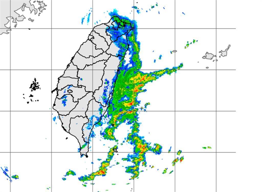 受東北風影響,今迎風面地區仍有陣雨,氣象局持續發布大雨特報。(中央氣象局提供)